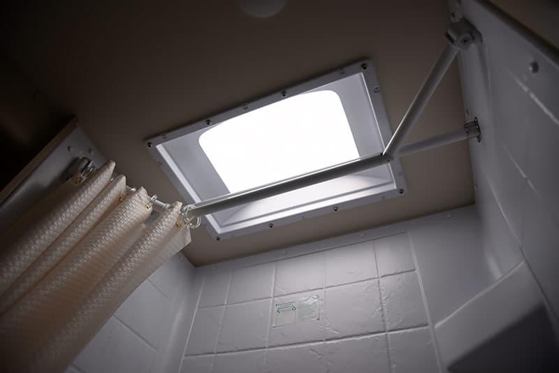 Lance 975 bath extend a shower retracted