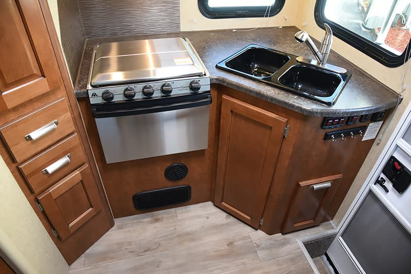 Stainless steel oven and stove in the Lance 975