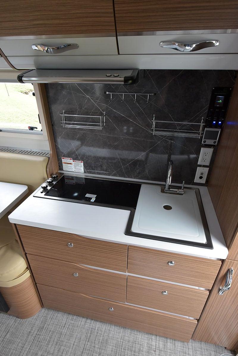 Cirrus 670 Kitchen