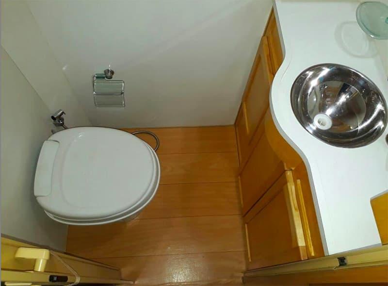 Motortrailer Camper Bathroom