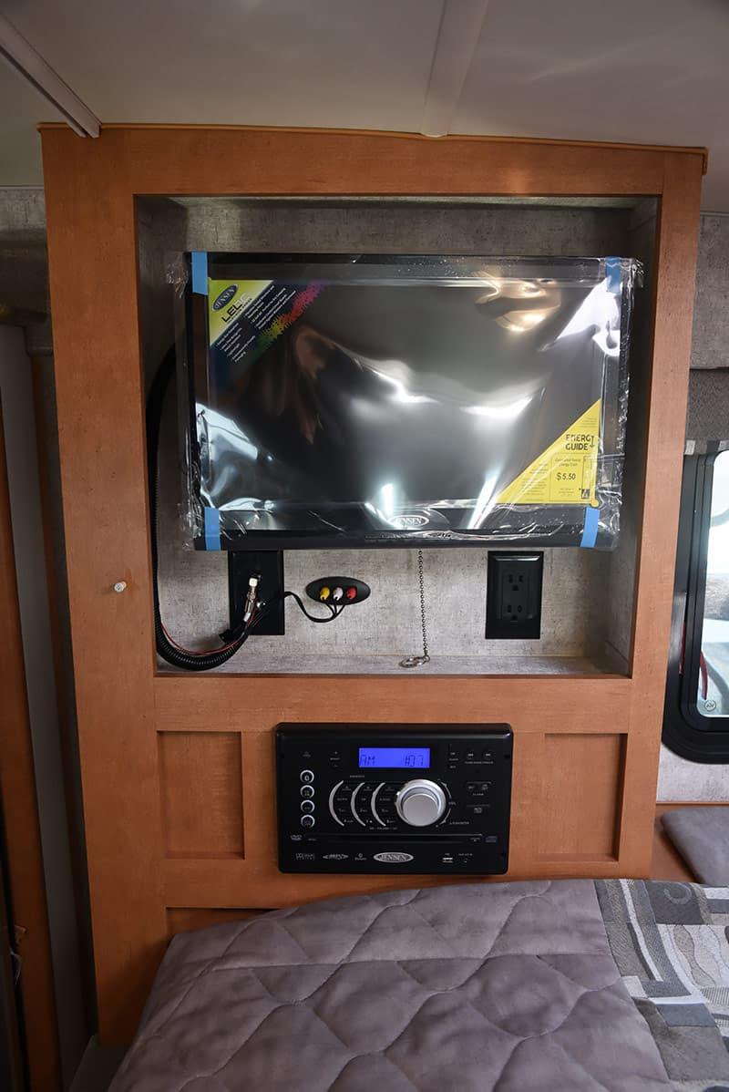 Adventurer 89RBS cabover HDTV stereo