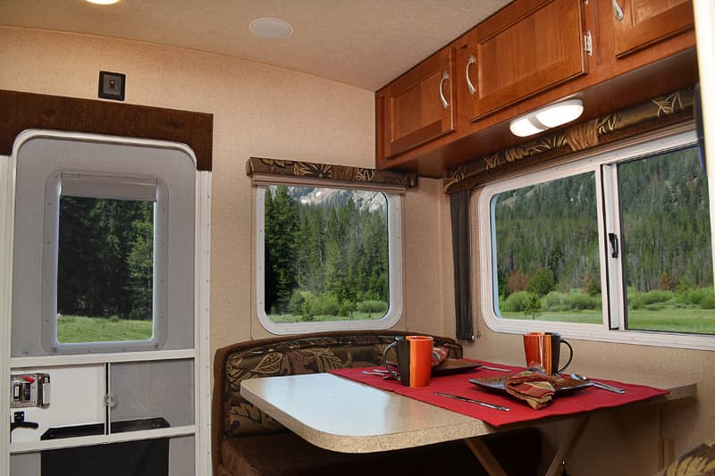 Arctic Fox Camper 865 in the Early Autumn decor