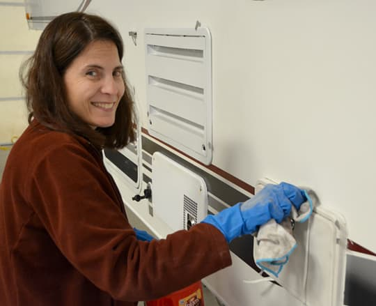 Caulking-cleaning-angela