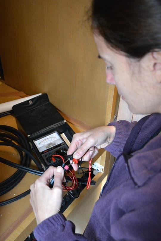 Test de contrôleur solaire-multimètre