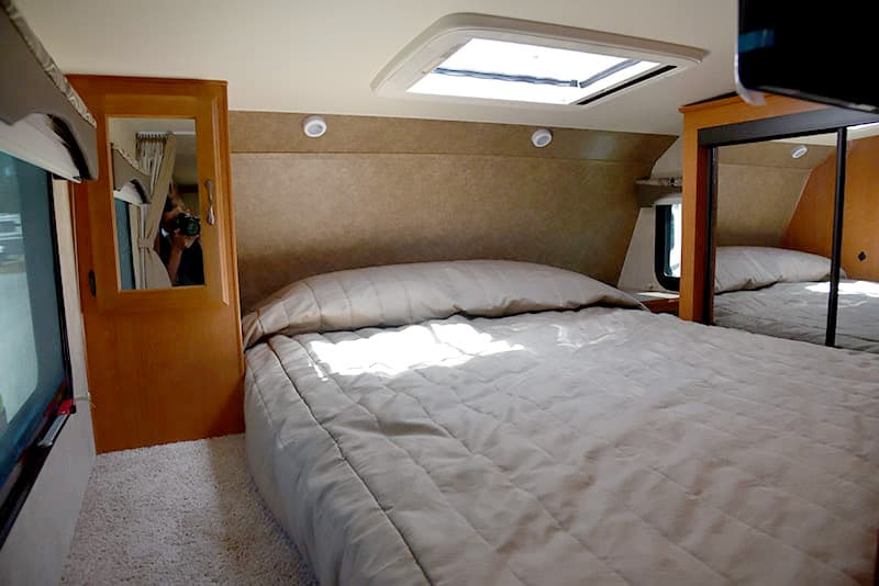 Eagle Cap 995 Queen Bed