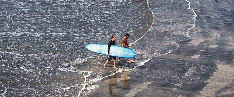 El Salvador surfing