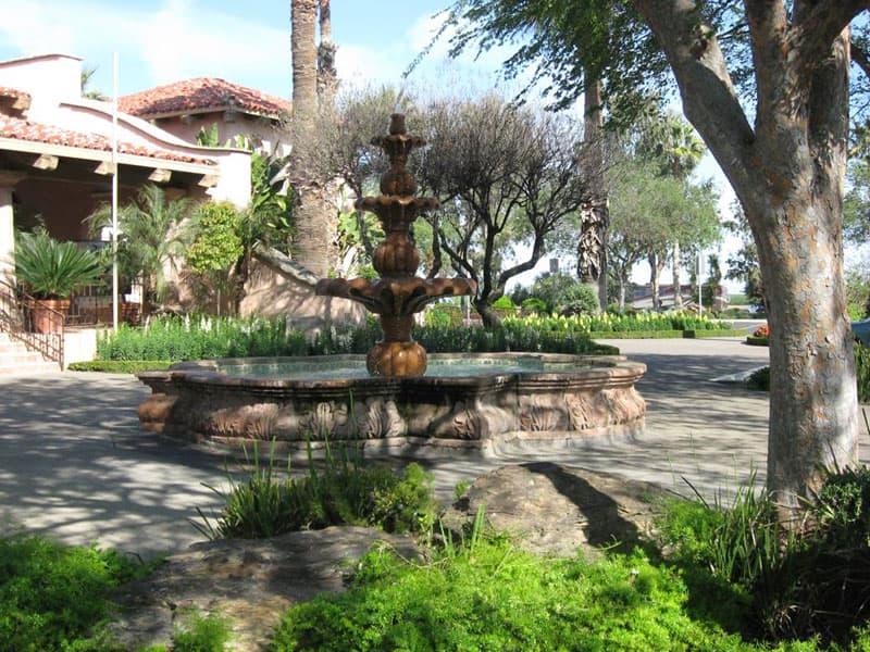 Harris-Ranch-Courtyard-California-central-valley-I-5-at-Coalinga-exit