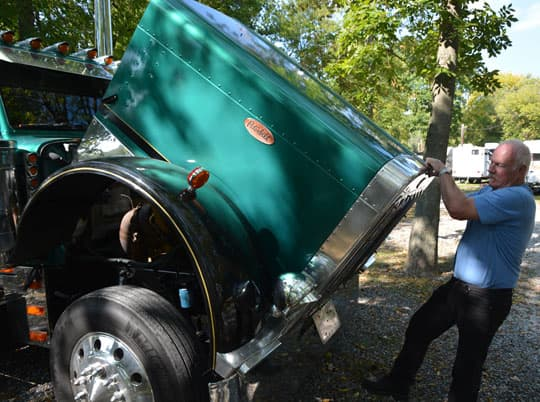 Peterbilt-camper-hood-lifting