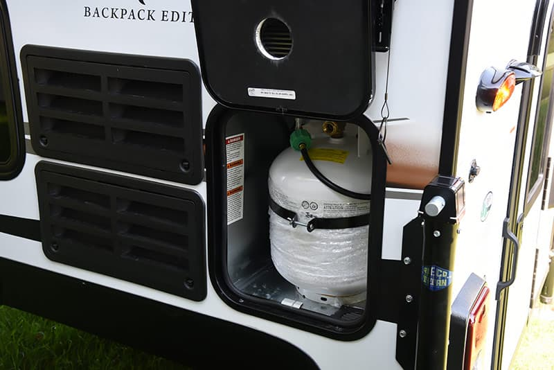 Palomino SS-500 has a vertical 20-pound propane tank