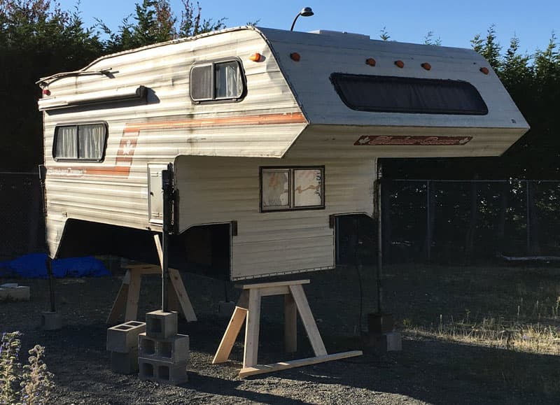 Slumber Queen Camper With Broken Hydraulic Jacks
