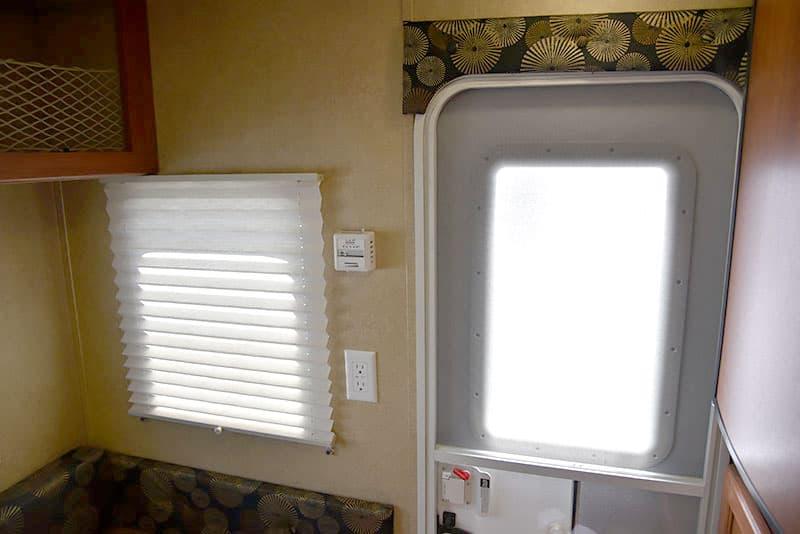 Travel-Lite-625-rear-window-power-thermostat