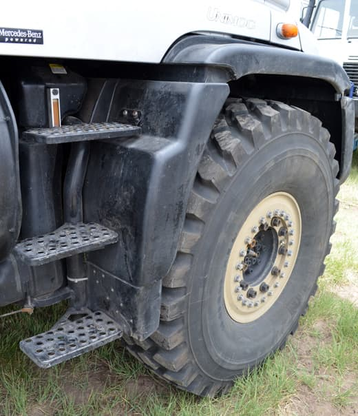 unimog-tire-and-steps