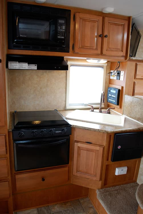 Palomino Maverick Max 2902 Kitchen